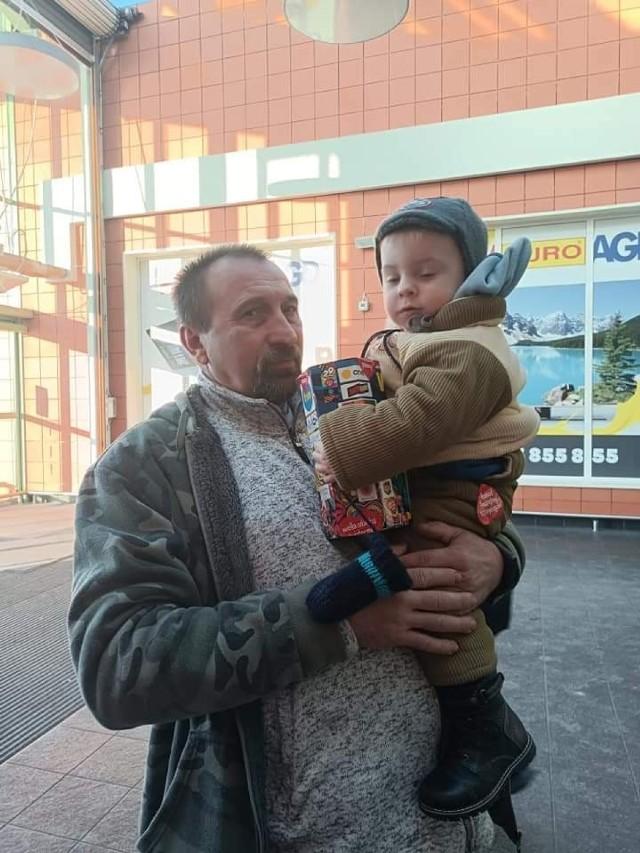 Michał na zdjęciu z tatą. Wspólnie kwestowali na rzecz WOŚP