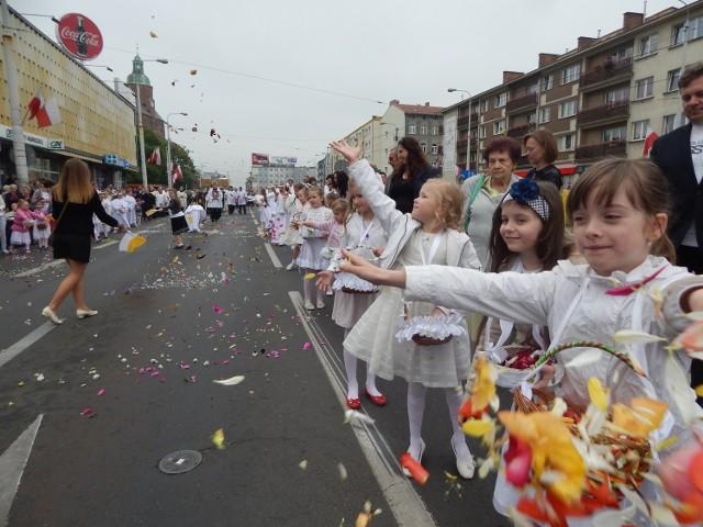 Dzieci tradycyjnie sypały kwiatki.