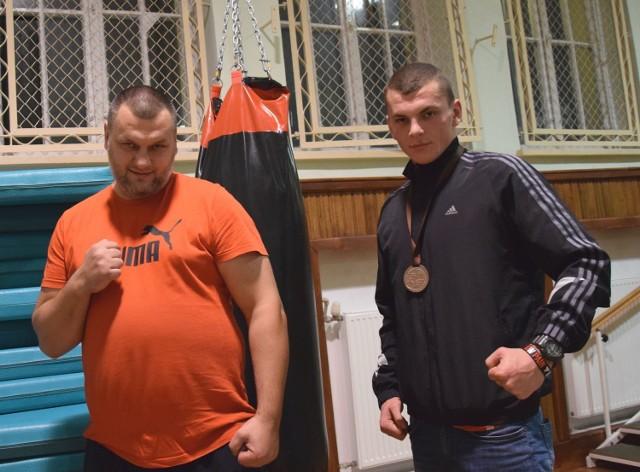 Jakub Szmajda (z prawej), zdobywca brązowego medalu na Młodzieżowych Mistrzostwach Polski w Koninie z trenerem Adrianem Ochcińskim