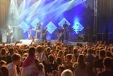 Pruszcz Gdański: Tłumy na koncercie Happysad w Faktorii. Publiczność śpiewała razem z muzykami [ZDJĘCIA, WIDEO]