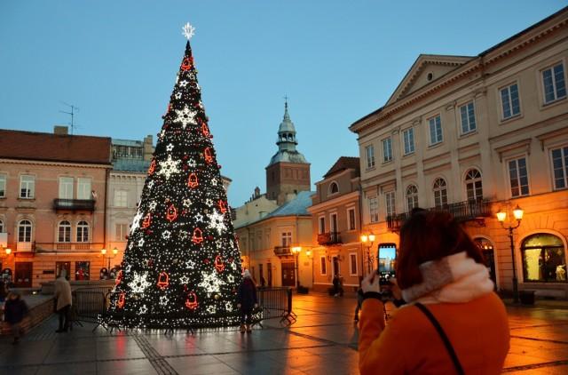 Miejska choinka w Piotrkowie już świeci