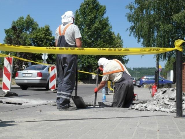 Zapadnięcie się jezdni i ulatniający się gaz na Rybackiej w Wejherowie