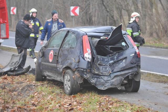 Do groźnego wypadku doszło w czwartek, 29 grudnia, tuż przed Witnicą. Osobowy ford wypadł z drogi w tym samym miejscu, w którym swoją podróż skończyło wielu kierowców. Powód kraksy? Prawdopodobnie zbyt duża prędkość.  Do wypadku doszło 29 grudnia około 13.45. - Ford fiesta, którym jechał 18-letni kierowca, wypadł z drogi i dachował. Na miejsce przyjechała policja, straż pożarna i pogotowie - relacjonuje Maciej Kimet z zespołu prasowego Komendy Wojewódzkiej Policji. Ford po wypadnięciu z drogi uderzył jeszcze w drzewo. Auto ma mocno rozbity przód i tył. - Kierowca jechał sam. Został zabrany do szpitala na badania - mówi M. Kimet. Ford miał na karoserii emblematy pizzerii, więc można przypuszczać, że było wykorzystywane do rozwożenia pizzy.  Policjanci ustalają dokładny przebieg wypadku, ale jedną z najbardziej prawdopodobnych przyczyn jest zbyt duża prędkość. Auto wypadło z drogi w tym samym miejscu, w którym dochodzi do wielu kolizji i wypadków. W chwili tego konkretnego zdarzenia warunki do jazdy były trudne. Była mgła, a asfalt był mokry i śliski.