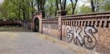 Katowice: Kibicowskie napisy na murze bazyliki w Panewnikach. Są tam graffiti i obraźliwe rysunki