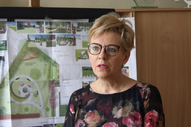 Dyrektor Biblioteki Publicznej im. Arkadiusza Fiedlera w Krotoszynie Ewa Bukowska na tle projektu skweru zawieszonego w jej gabinecie