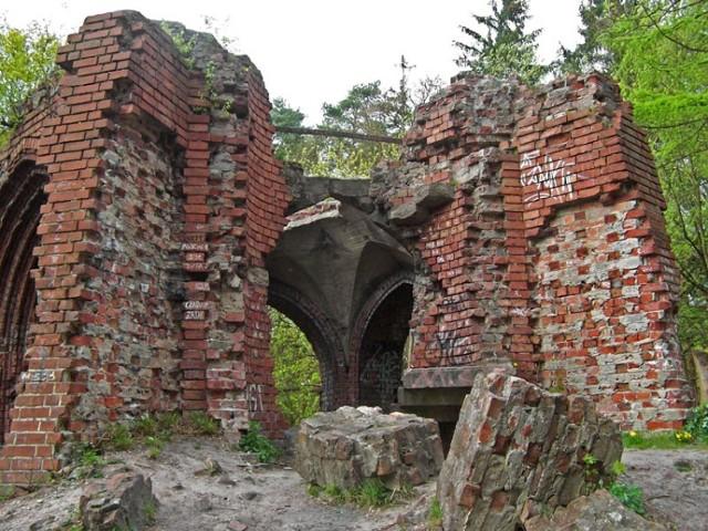 Burzliwa historia naszego kraju nie oszczędziła wielu ciekawych i pięknych budowli. Część z nich istnieje dziś już tylko na zdjęciach, inne – jako zarośnięte ruiny. Wszystkie są jednak warte pamiętania, dlatego przypominamy ich wyjątkowe dzieje. Przejdź do galerii i zobacz, jak się prezentowały oraz jaki spotkał je koniec.  Na zdjęciu ruiny wieży Quistorpa w Szczecinie. Licencja