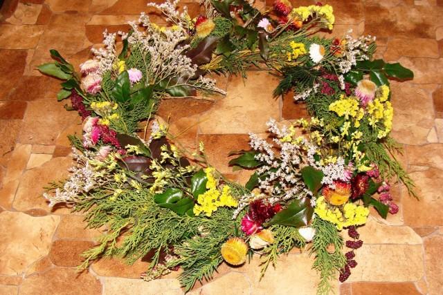 Własnoręcznie zrobiony wianek na grób będzie jego piękną dekoracją.