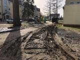 Rozjechany dojazd do śmietników na osiedlu przy ulicy Polnej w Szczecinku