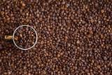"""Zamiast solą na Paruszowcu chodnik sypią kawą. Kawiarnia Silesija zaprasza mieszkańców bo """"fusy same się nie zrobią"""""""