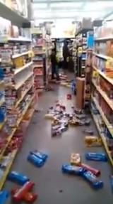 Dziecko demoluje sklep, a towarami rzuca w klientów. Zobacz wideo z USA