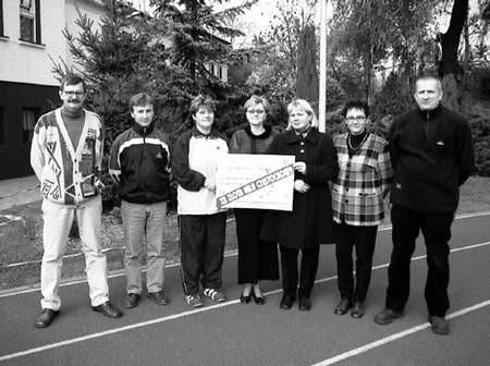 Na zdjęciu od lewej: dyrektor Budowlanych Marek Ciuk, Sławomir Jarmuda, Dorota Kmiecik, Mariola Lamch, Jadwiga Gondek, Maria Ciuk i Maciej Zajęcki.ZDJĘCIE: KRZYSZTOF SULIGA