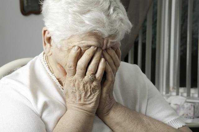 85-latka wpuściła do mieszkania dwie kobiety, które przedstawiły się jako pracownice Zakładu Ubezpieczeń Społecznych.