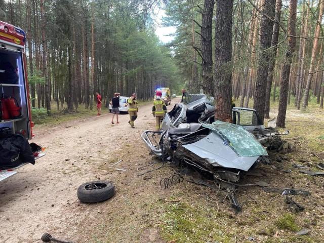 Na leśnej drodze prowadzącej do jeziora Glinik, kierowca wjechał autem w drzewo.
