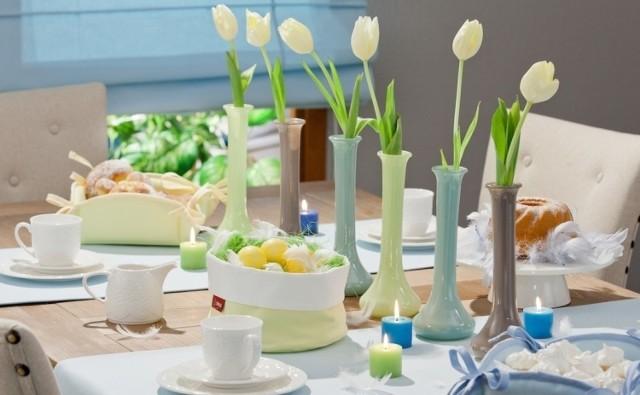 Wiosenne kwiaty zachwycają kolorami i doskonale pasują do radosnej atmosfery Wielkanocy, dlatego warto o nich pamiętać, przygotowując świąteczne dekoracje stołu i domu. Tym bardziej, że jest to wyjątkowo łatwe. Już od późnej zimy nawet w marketach możemy kupić kwiaty cebulowe w doniczkach, które po kilku dniach pięknie zakwitną. To wydatek rzędu kilku- kilkunastu złotych, a efekt jest naprawdę wspaniały.