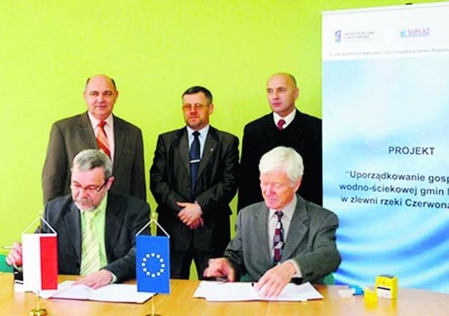 Umowę podpisali prezesi spółek w asyście wójtów trzech gmin