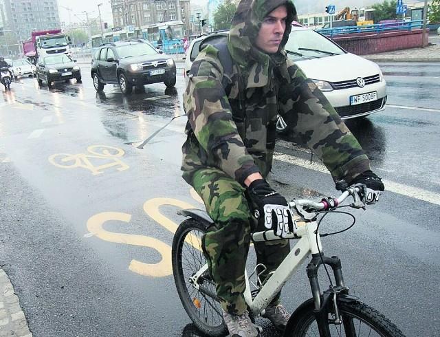 Od niedawna rowerzyści mają swój pas na pl. Jana Pawła II
