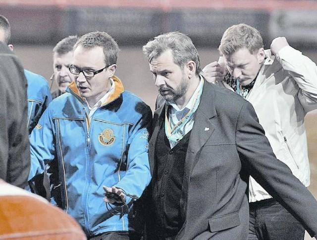 Po VIII biegu w parkingu doszło do rozmów sędziego Marka Wojaczka z lubuskimi ekipami (w niebieskiej kurtce kierownik drużyny z Gorzowa Krzysztof Orzeł). Po spotkaniu zapadła decyzja o dalszej jeździe. Chęci starczyło na trzy wyścigi.