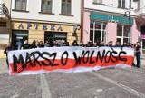 Tarnów. Marsz o Wolność przeszedł ulicami Tarnowa. Protest przeciwko rządowym obostrzeniom w centrum miasta [ZDJĘCIA]