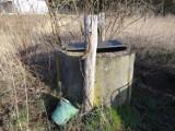 Studnia bez dna stoi w starym sadzie pod Międzyrzeczem. Przy takiej Witia z ,,Samych Swoich'' wyznawał miłość Jadźce