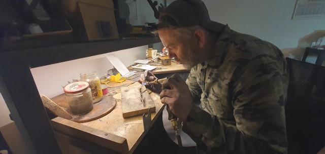 Konrad Fórmaniak podczas pracy nad kolejnym z autorskich dzieł