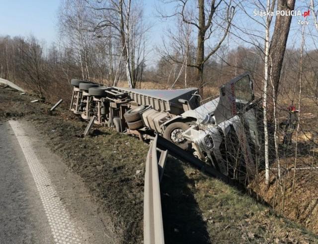 Trzy samochody zderzyły się na ulicy Nad Rudą w Żorach. Ciężarówka wypadła z drogi