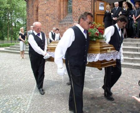 Rodzina pożegnała Bogumiłę Wielgosz, od 14 lat dyrektorkę ZSP w Malachinie.