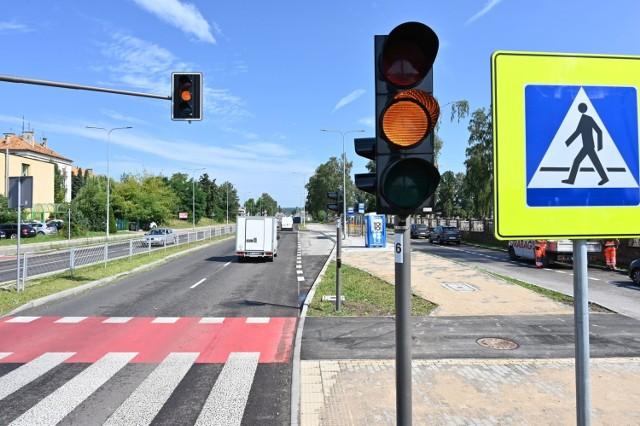 Kierowcy denerwują się, że muszą stać na czerwonym świetle przy ulicy Zagnańskiej koło cmentarza, choć nie ma pieszych w pobliżu.