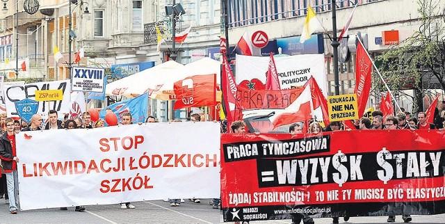 """Pochód pierwszomajowy odbył się pod hasłem """"Stop likwidacji szkół"""". Młodzi Socjaliści zorganizowali drugi pochód."""