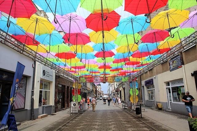 Nad częścią ul. Królowej Jadwigi zamontowano już parasolkową instalację. Jest ona zapowiedzią Art Ino Festiwalu, który rozpocznie się w Inowrocławiu w sobotę 17 lipca o godz. 16