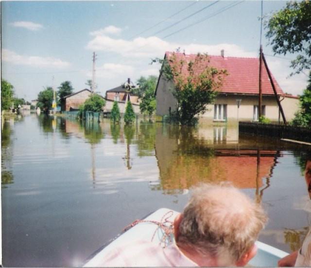 W ciągu zaledwie kilkudziesięciu minut woda była już na podwórkach i w domach mieszkańców Czarnuchowic. Mimo upływu lat mieszkańcy pamiętają tamtą noc jak dzisiaj.