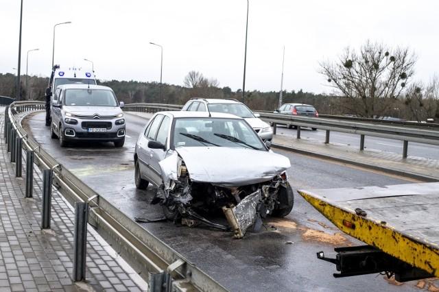 - Porzucony samochód stoi na środku dwóch pasów. Pozostałe samochody go omijają. My zostaliśmy wezwani z powodu wycieku płynów eksploatacyjnych z tego auta - informuje dyżurny strażaków