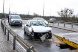 Gdyńska: Rozbity samochód bez kierowcy i pasażerów stoi na środku jezdni. Wezwano straż z powodu wycieku płynów eksploatacyjnych