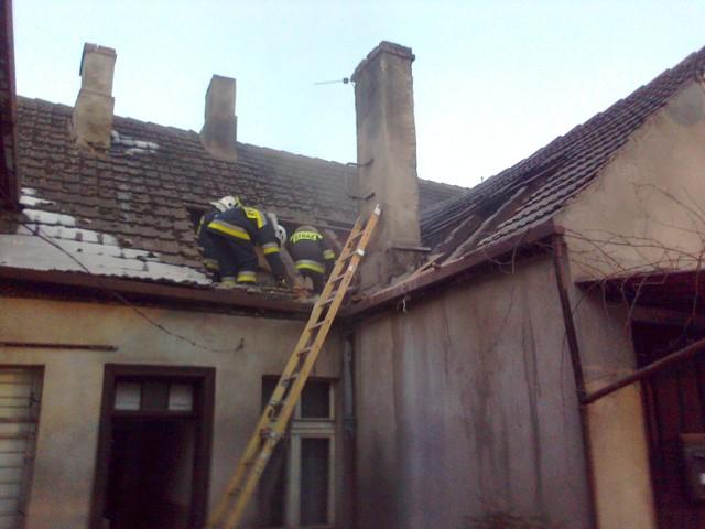 Strażacy ugasili pożar po kilku godzinach, rodzina musiała się wyprowadzić z domu