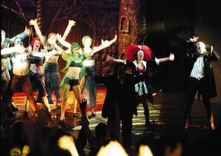 """Spontaniczna zabawa po obydwu stronach rampy to znak firmowy widowiska ,The Rocky Horror Show"""" w Teatrze Rozrywki. / ARKADIUSZ ŁAWRYWIANIEC"""