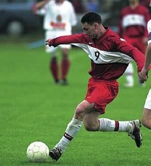 Damian Szczęsny (przy piłce) siał postrach w obronie rywali. Po jego akcjach lewą stroną Beskid strzelił Polonii dwa gole.