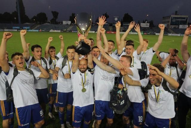 Piłkarze Ruchu Chorzów zdobyli Puchar 100-lecia pokonując w finale Ruch Radzionków  Zobacz kolejne zdjęcia. Przesuwaj zdjęcia w prawo - naciśnij strzałkę lub przycisk NASTĘPNE