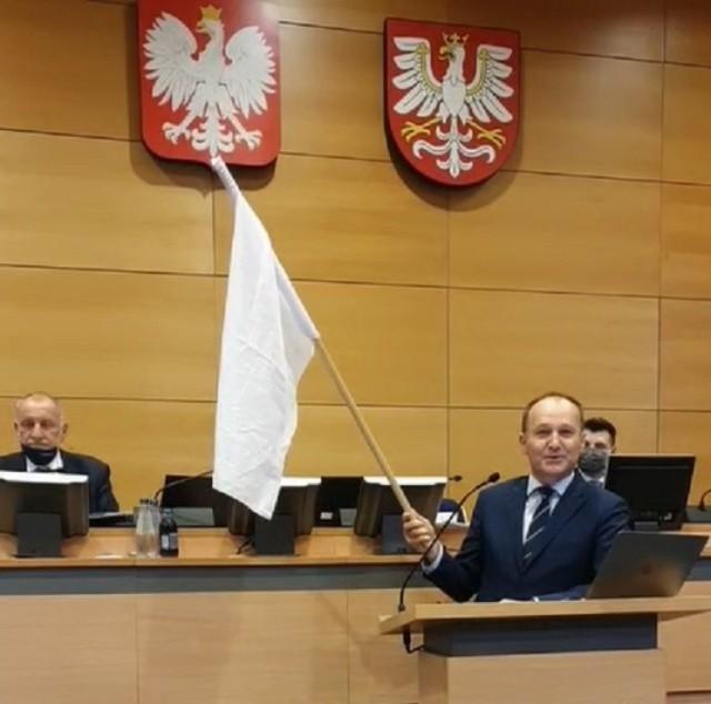 Na sesję sejmiku województwa małopolskiego poseł PO Marek Sowa przyszedł z białą flagą, która wzbudziła kontrowersje. Media społecznościowe obiegły zdjęcia z sugestią, że biała flaga mogła powstać poprzez rozdarcie na pół biało-czerwonej flagi Polski.