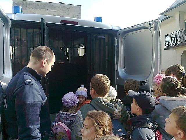 Uczniwie odwiedzili strzyżowskich policjantów