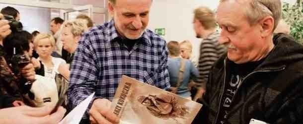 Krzysztof  Wielicki  podczas wernisaży rozdał setki autografów