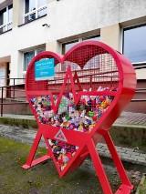 Serce na nakrętki przed szkołą w Kowalewie