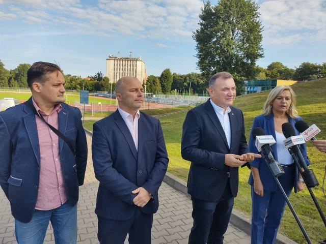 Od lewej: Tomasz Bernacki, Sebastian Tałaj, Stanisław Gawłowski oraz Izabela Wesołowska przed stadionem Bałtyku.