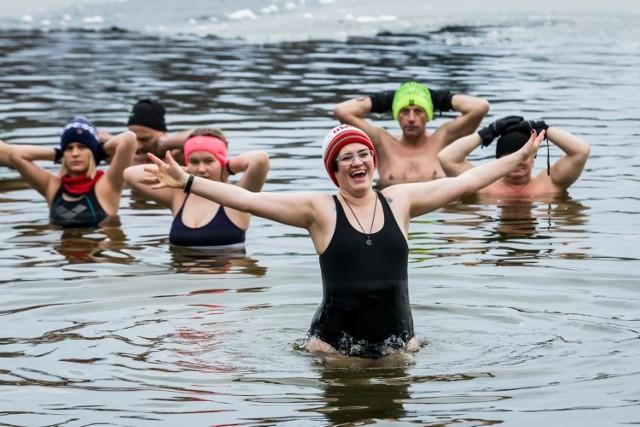 Przede wszystkim: czy warto morsować? Trudno zmusić się do wejścia do wody zimą, ale lista korzyści jest długa. Morsowanie pozwala organizmowi zregenerować się i unormować gospodarkę temperaturową. Podczas zimowych kąpieli uwalniana jest adrenalina, która poprawia się samopoczucie, wydolność i ukrwienie skóry.   Morsowanie ma także szereg długofalowych pozytywnych efektów. Badania na Uniwersytecie Cambridge wykazały, że kąpiele w zimnej wodzie bardzo pozytywnie wpływają na mózg, zapobiegają degeneracji jego komórek. Z kolei w Rosji wykazano, że regularne morsowanie może obniżyć wiek biologiczny organizmu nawet o 16 lat.   Na następnych zdjęciach kolejne informacje o morsowaniu. Aby przejść do galerii, przesuń zdjęcie gestem lub naciśnij strzałkę w prawo.