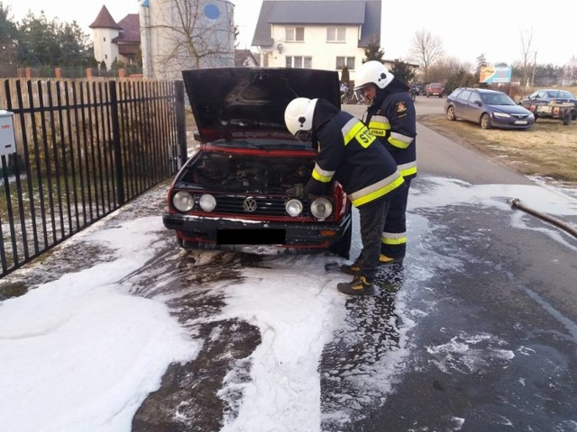 W środę, w Podwiesku, druhowie z OSP ugasili - używając piany gaśniczej - pożar volkswagena golfa II. Straty oszacowano na 2 tys. złotych. Takich akcji strażacy mają w ciągu roku wiele