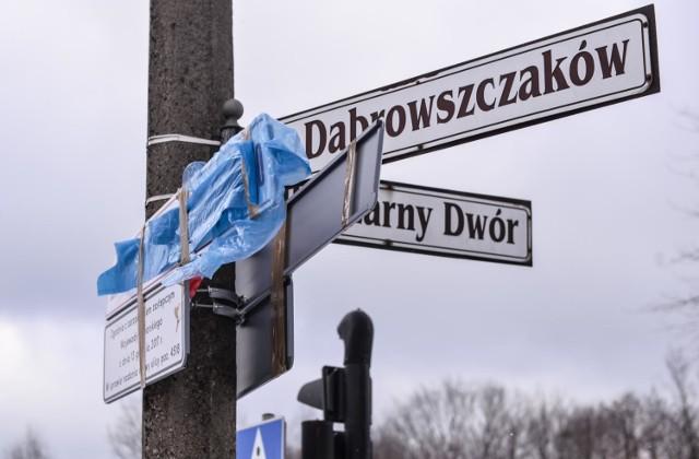 Ulica Prezydenta Lecha Kaczyńskiego w Gdańsku. Dzień po zamontowaniu tablic z nową nazwą ulicy część z nich została zniszczona, a część zasłonięta [28.02.2018]