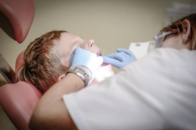 5 marca obchodzony jest Światowy Dzień Dentysty. W Polsce pracuje ok. 36 tysięcy stomatologów! Którzy w woj. śląskim są najczęściej polecani przez pacjentów? Którzy są ich zdaniem najlepsi?  Dobry stomatolog to większa szansa na zdrowe zęby (rzecz jasna bez naszej codziennej pracy ze zdrowych zębów nici).   Przejrzeliśmy listę najlepiej ocenianych dentystów na stronie znanylekarz.pl. Wybraliśmy tych, którzy mają pięć gwiazdek i minimum 80 ocen.  Kogo polecają pacjenci w regionie? Zobaczcie kolejne slajdy >>>