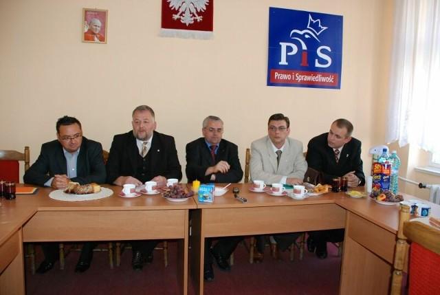 Poseł Adam Lipiński (pośrodku) od dawna wspiera zgorzelecki PiS. Niestety lokalni działacze dość często zawodzą zaufanie partyjnej góry. Tak było z Piotrem Woroniakiem (pierwszy z lewej), a teraz na cenzurowanym jest Andrzej Grzmielewicz (drugi z prawej).