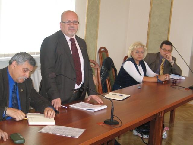Zbiórka darów to inicjatywa wiceburmistrza  Jacka Przybyła (stoi) i pastora Rafała Millera