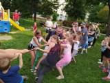 Wakacje z animatorem na os. Króla Augusta w Rzeszowie. Świetnie bawią się dzieci i dorośli [ZDJĘCIA]