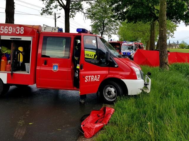 Tragiczny wypadek w gminie Janowiec Wielkopolski. Samochód uderzył w drzewo. Dwie osoby zginęły