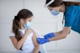 Szczepienie dzieci na COVID-19 – opinie ekspertów. Jaka jest skuteczność i bezpieczeństwo przyjmowania szczepionki w wieku kilkunastu lat?